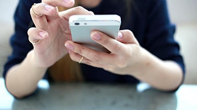 8. Eğer bir yemeğe gittiğinizde ya da arkadaşlarınızla takılırken yanınızdakiler 'Telefonun sürekli elinde.' diyorsa, akıllı telefonların size sunduğu işlevler tarafından ele geçirilmişsiniz demektir. Çünkü bu durum aslında 'sosyal' medyanın gerçek hayattaki 'sosyalleşmenizin' önüne geçtiğinin bir göstergesi.