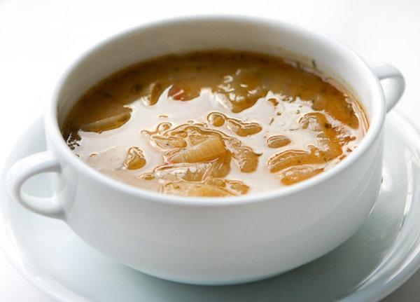 Fransız Soğan Çorbası  Malzemeler  * 4 adet kuru soğan  * 2 çorba kaşığı zeytinyağı  * 1 çorba kaşığı un  * 3 su bardağı et suyu  * Tuz, karabiber  * 1 tatlı kaşığı kekik  * 1 adet defne yaprağı  Hazırlanışı  Soğanı ay şeklinde doğrayıp zeytinyağında pembeleşinceye dek kavuralım. Unu ekledikten sonra 2 dakika daha kavuruyoruz ve et suyu ile baharatları ekleyip 15 dakika pişiriyoruz. Yemeden önce üzerine yağsız beyaz peynir rendelenebilir. Afiyet olsun.