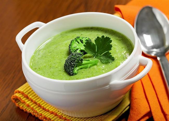 Brokoli çorbası   Malzemeler:   * 500 gram brokoli   * 1 çorba kaşığı tam buğday unu   * 1 çorba kaşığı tereyağı   * 2 su bardağı süt   * Tuz, karabiber   Üzeri için:   * 1 çorba kaşığı sıvıyağ   * 1 tatlı kaşığı pul biber   Hazırlanışı  Brokoliyi 4 bardak su ile haşlayın. Brokolinin sap kısımları yumuşadığında blender ile püre haline getirin. Başka bir tavada tereyağı ile unu kavurun. Kavrulan unu brokoli püresine ekleyip kaynatın. Biraz kaynadıktan sonra 2 su bardağı sütü ilave edip, karıştırın. Tuz ve karabiberi de ekleyip, tencereyi ocaktan alın. Üzeri için sıvıyağı küçük bir tavada ısıtıp, pul biberi ilave edin. Yağı çorbanın üzerine gezdirip, servis yapın.