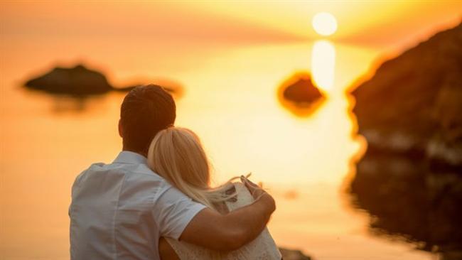 Birlikte güneşin doğuşuna tanık olmak...   Hiçbir şey birlikte güneşin doğuşunu izlemek kadar romantik değildir. Neden o zaman, sabah biraz daha erken kalkıp en yakın tepeye, deniz kenarına veya bir çimenliğe gidip sevgilinizle beraber güneşin doğuşunu izlemeyesiniz? Bir de giderken yanınıza termosla çay veya kahve alın. Sevgilinizin elini tutarak güneşin doğuşunu izlemek, hem çok romantiktir, hem de güne çok daha güzel başlangıç yapmanızı sağlar.