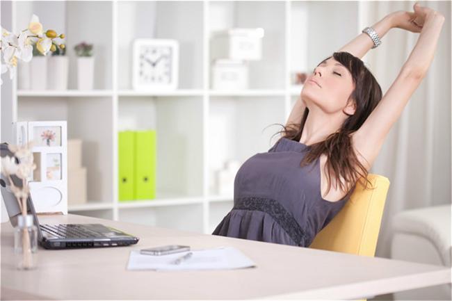 8. Masabaşı işiniz varsa sık sık gerinin. Omuzlarınızı yukarı doğru kulak hizasına kadar yükselttikten sonra düşürebildiğiniz kadar düşürün. Bunu beş defa tekrar edin. Kürek kemiklerinizi birleştirin ve beş saniye süreyle öyle durduktan sonra gevşeyin. Yan boyun kaslarınızı esnetmek için oturur pozisyonda sol elinizle koltuğunuzun oturağına tutunarak güvde ve boynunuzu zıt tarafa doğru eğin. Ardından bu hareketi sağ elinizle tekrar edin.