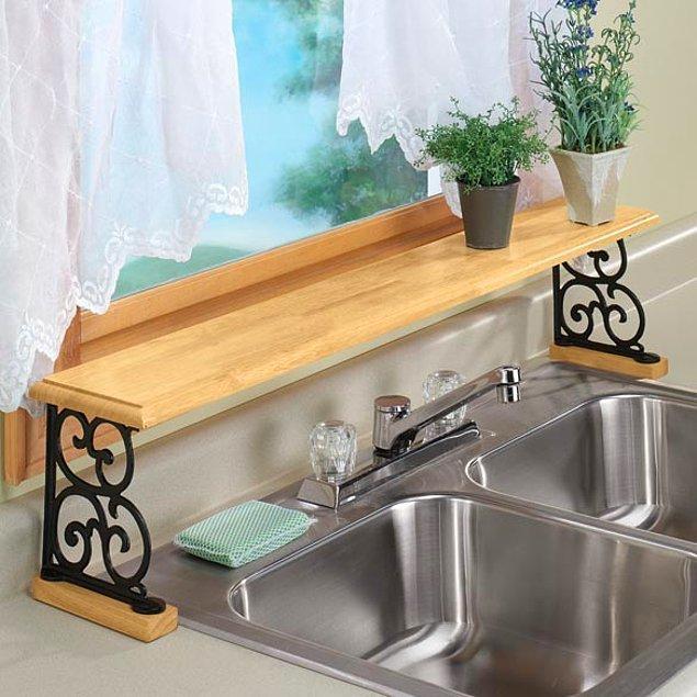 Odada baş ucunuza asmak için aldığınız rafı gelin mutfağa koyun.  Mutfak küçük olabilir ancak kullanışlı hale getirmek tamamen sizin elinizde. Gelin bu sefer raflardan birini lavabonun önüne koyup bulaşıkları üzerine dizin.