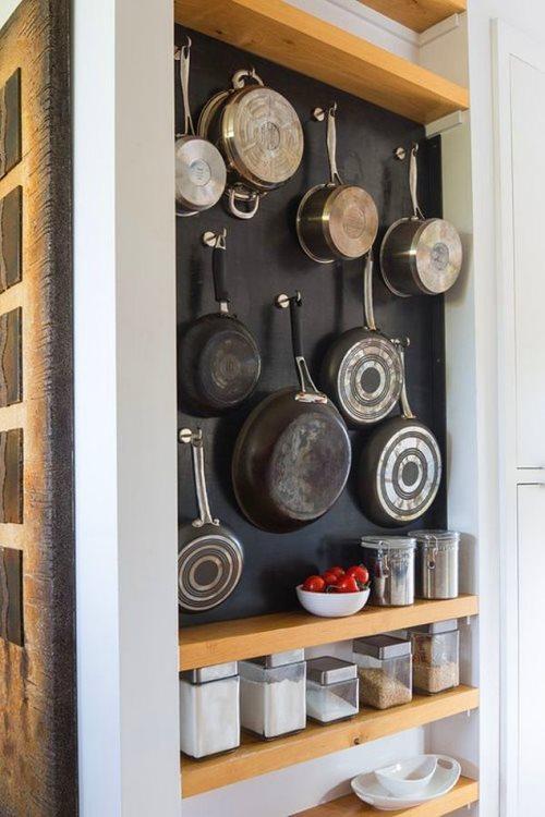 Boş duvarı eşyaları asmak için değerlendirmeye ne dersiniz?  Bomboş duvarınızı tava ve büyük mutfak eşyalarını asmak için ayırabilirsiniz. Dilediğiniz duvarı istediğiniz bir renge boyayıp minik kancalar asın gerisi tavalarınıza kalsın.