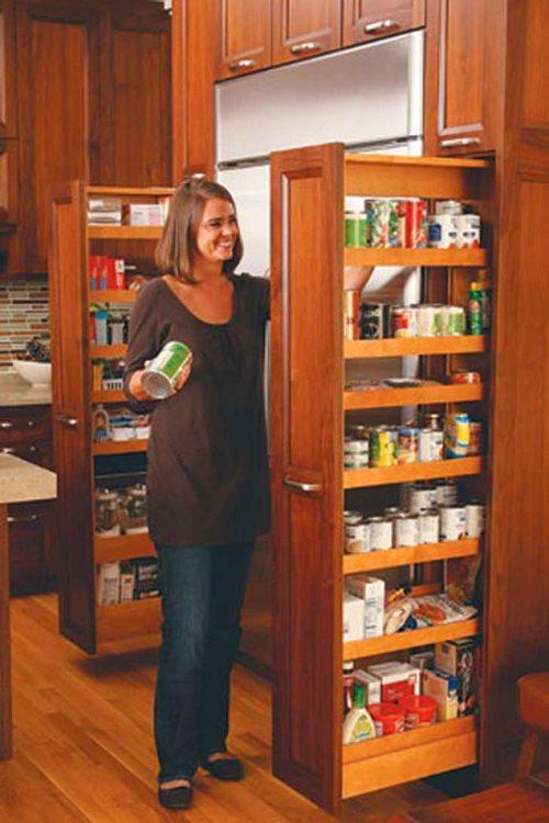Mutfakta kullanmadığınız bir dip köşe vardır  Böyle ufacık tefecik bir aralık kesin vardır. Mesela o buzdolabının yanları hep boş kalır. Tam oraya uygun minik bir dolap mutfaktaki birçok ıvır zıvırı toparlayabilir.
