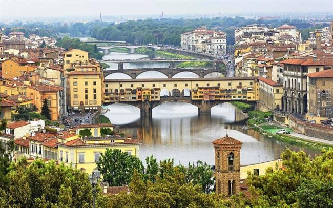 Bir şehrin içinden nehir geçince o şehrin bambaşka, masalsı bir havası oluyor. Adeta şehrin kolyesi niteliğinde. Bu önemli Avrupa şehirlerini görmeye ne dersiniz?  Floransa, İtalya  Arno Nehri çevresinde kurulmuştur.