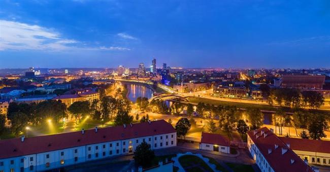 Vilnius, Litvanya  Litvanya'nın başkenti ve en büyük şehridir. Belarus'tan doğan Neris Nehri, şehri ikiye ayırmıştır.