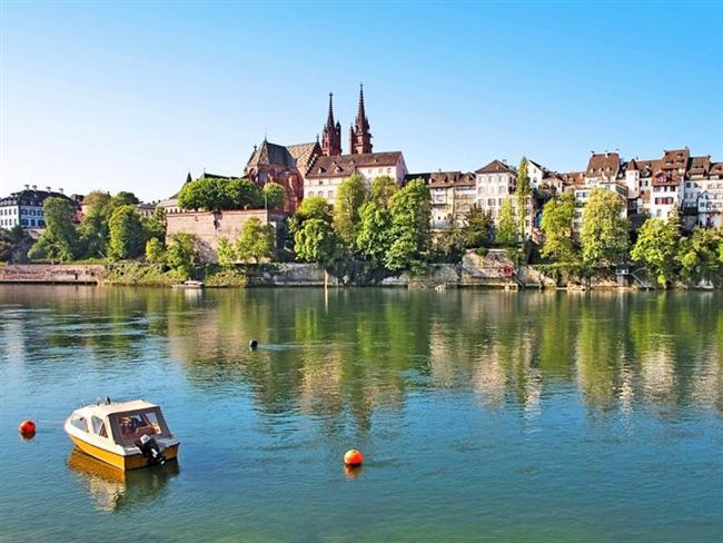 Basel, İsviçre  Şehrin içinden Ren Nehri geçmektedir. Nehir, şehri Büyük Basel ve Küçük Basel olarak ikiye ayırmaktadır.