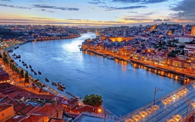 Lizbon, Portekiz  Tejo Nehri'nin oluşturduğu haliç üzerine kurulu olan Lizbon, Atlantik Okyanusu kıyısındadır.