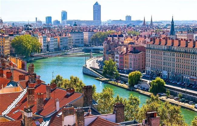 Lyon, Fransa  İçinden iki nehir geçer: Saone ile Rhone.