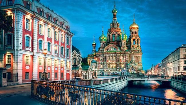 St. Petersburg, Rusya  Baltık Denizi kıyısında Neva Nehri üzerindeki 42 ada üzerine yayılmıştır.