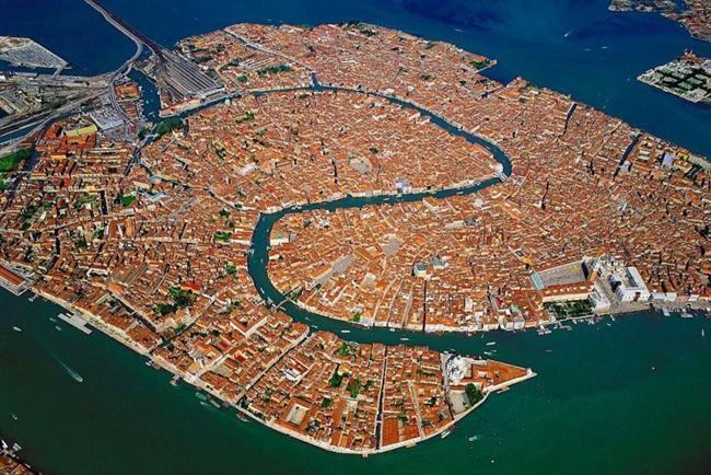 Venedik, İtalya  Şehir, kıyı şeridi boyunca uzanan Venetian Lagoon bataklığında, Po ve Piave nehirlerinin deltaları arasına kuruludur.