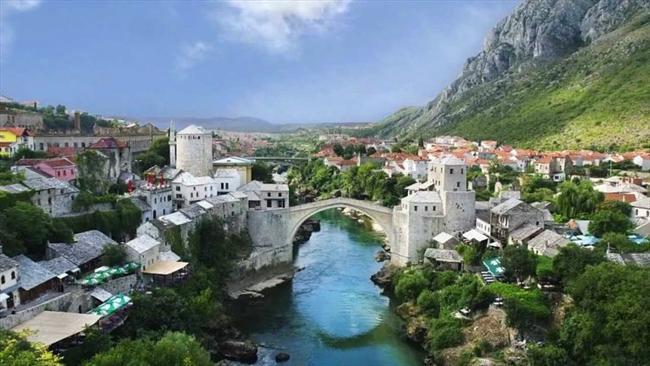 Mostar, Bosna-Hersek  Neretva Nehri üzerinde kurulmuştur.