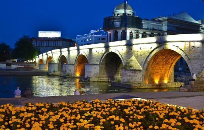 Üsküp, Makedonya  Vardar Nehri, şehri ikiye ayırmaktadır.