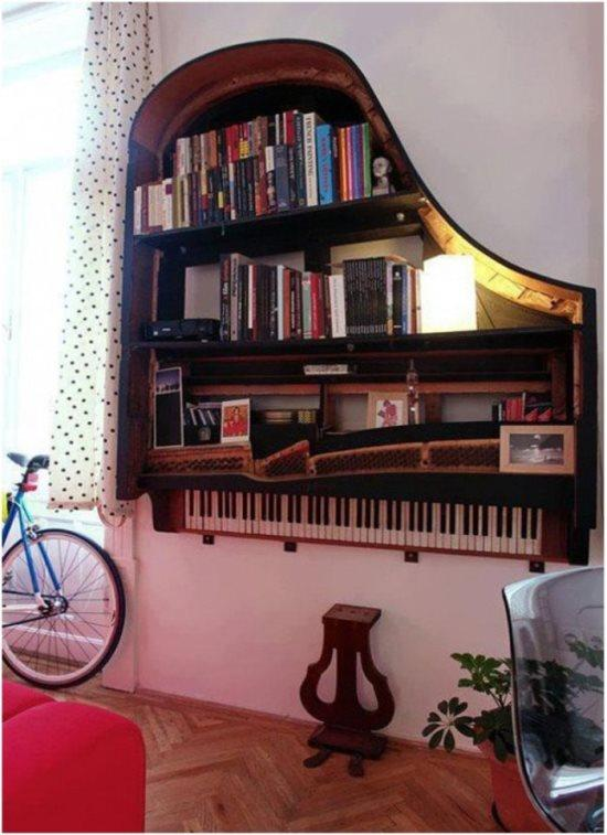 Önceden her akşam ailenize bu piyano ile kendi mini konserinizi verirdiniz. Ama artık çalamıyorsunuz veya piyanonuzun bazı tuşları basmıyor. Atmaya da kıyamazsınız ki şimdi. Hatırası var belki de. O zaman kitaplık olarak kullanabilirsiniz. Piyanodan kitaplık mı olurmuş derseniz hem de çok güzel oluyor. Sizin retro salonunuza da ne yakışır!