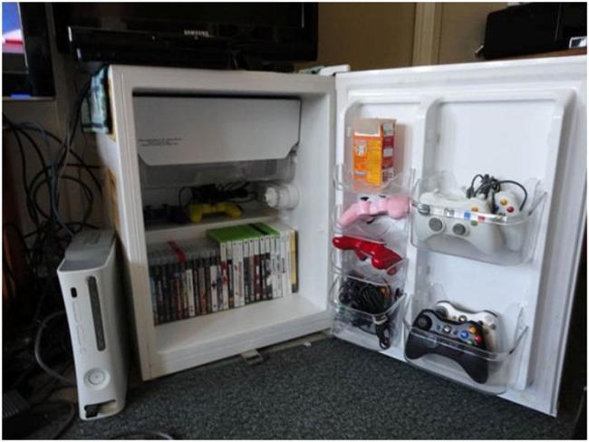 """Mini buzdolabınız bozuldu. """"Kaçıncı bozuluşu artık çöpe göndermek gerek"""" düşünceleri aklınızda dolaşıp duruyor. Ama bence çöpe düşüncelerinizi gönderin, sonrasında ise mini buzdolabınızın dolaba dönüştürmeye başlayın. Buzdolabın kapağını sökebilirsiniz ve film arşivinizi içine taşıyabilirsiniz. Ya da kapakla uğraşamam derseniz dışı mini buzdolabı içi dolap olan görüntüsünün içini açanları şaşırtmasına izin verin!"""