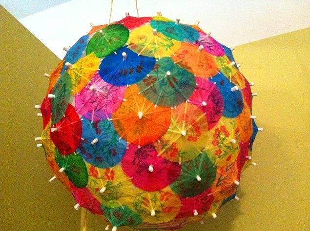 Yazın bardaklarımızı süsleyen rengarenk şemsiyeler gelin evinizi de süslesin!  O kokteyl şemsiyelerini de tıpkı cupcake kağıtları gibi bir Çin fenerine yapıştırarak ya da takarak değişiklik yaratabilirsiniz.