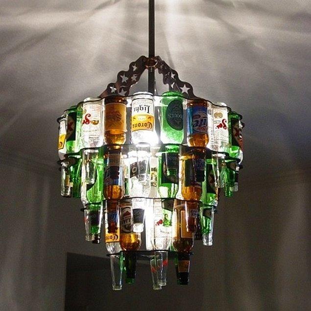 Evdeki boş cam şişeleri değerlendirmenin en minnoş hali...  Herhangi boş cam şişeyi değerlendirmek isterseniz hemen avize haline getirebilirsiniz. Yapmanız gerekenler çok basit. Şişeleri camcıda deldirin ve içine silerseniz ışıklı kablo dilerseniz ampul koyup bir avize gibi birleştirin.
