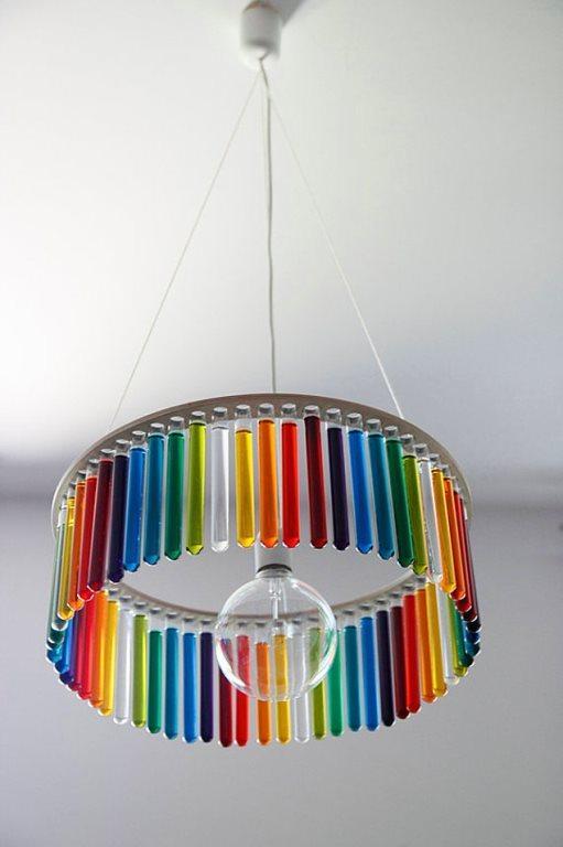 Bilimle fazlasıyla ilgili olan çocuğunuzun odasını güzelleştirebilirsiniz...  Birçok deney tüpünü cam boyasıyla boyayarak güzel ve eğlenceli bir avize elde edebilirsiniz.