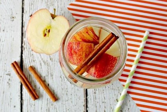 Detoks zamanı geldi. Kilo vermek ya da vücudumuzda biriktirdiğimiz toksinlerden kurtulmanın en güzel yolu! Bunun için tadı kötü karışımlara gerek yok! Tam tersine tadı güzel meyvelerle yenilenmenin tam zamanı!  ** Suları hazırladıktan sonra 2-8 saat kadar dolapta bekletmeniz gerekmektedir.  Tarçın ve elma ikilisinin yararları bitmez bir de gün boyu size eşlik etse...  Detoks sularının en büyük yararı gün boyu su içemeyenlere bir tatlılık oluşturması bu sefer de tarçının şekeri dengeleyici tarafını kullanarak bir su hazırlayabilirsiniz.  Malzemeler  1 Adet elma  1 Adet çubuk tarçın  Hazırlanışı  1, 5 – 2 litre su dolu sürahiye elmayı dilimleyip çubuk tarçını koyup bir gece dolapta bekletip sabah aç karnına içerek güne başlayabilirsiniz. Gün içinde yemeklerden önce içebilirsiniz. Sürahideki elma ve tarçını yenilemeden 2-3 kez su ilavesi yapabilirsiniz. Kilo vermenize yardımcı olur, kürlere destek olarak kullanabilirsiniz.  Kaynak fotoğraflar: Pinterest