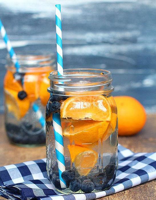 Alabileceğiniz en güzel portakalları alın!  Kış güzelliklerinden portakal da sizin için bir bahar esintisi olabilir. Bir adet portakalı ve bir avuç yaban mersinini bir bardağa doldurup üzerine su ekleyin.