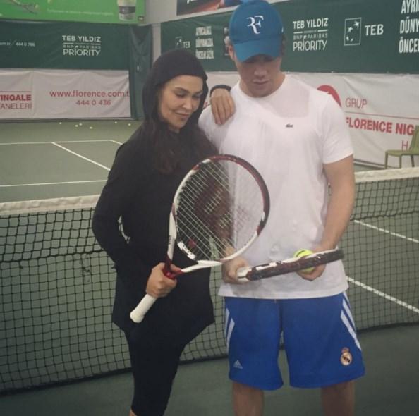 Sinan Akçıl  ve 5 nisan Salı Büyük gün!saat tam 11.00 de #hulyacup tenis turnuvası açılış ve gösteri maçı!💫🔝⭐️ ted Club te Hülya Ve benim aramda oynanacaktır!yani show time👑🔝😂❤️🎾🎾🎾 @hulyavsr