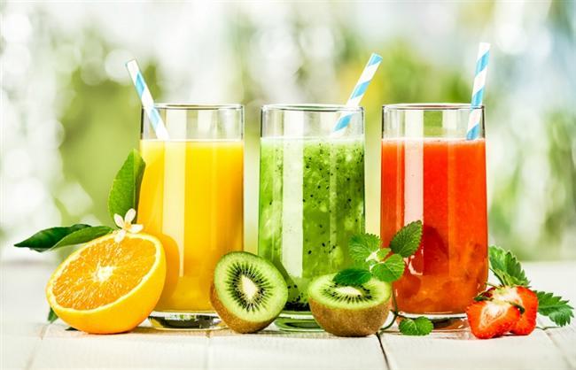 Yazın yaklaşmasıyla birlikte fazla kilolar da başımıza dert oldu. İşte sizde fazla kilolardan şikayetçiyseniz size bazı önerilerimiz var. Kolayca zayıflamanızı sağlayacak bu 25 öneriyle istediğiniz bedene kavuşabilirsiniz.  Karıştırın  Sevdiğiniz meyve suyunu maden suyuyla karıştırın. Bunu yaparken, normalde içtiğiniz meyve suyunun yarısını kullanacağınız için, aldığınız kaloriyi önemli miktarda azaltmış olursunuz.