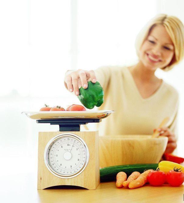 Yemeği pişirmeden önce ölçün  Makarna, pilav gibi besinleri yerken, miktarı kaçırıp daha çok yiyebilirsiniz. Oysa baştan yemeniz gereken kadarını ölçüp pişirirseniz, bu sorun ortadan kalkmış olur. Şöyle söyleyelim, 4 kaşık makarna ya da pilav, 1 dilim ekmeğe eşittir.
