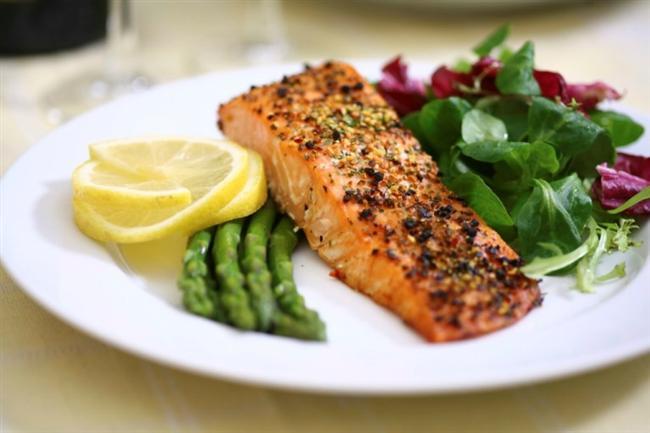 Balık yemeyi ihmal etmeyin  Balık, son derece sağlıklı bir yağ tipi olan Omega-3 yağ asitlerini içerir. Omega-3 açısından zengin balıklar, tonbalığı, uskumru, somon ve morina balığıdır. Diyet yapan kişilere bakılacak olursa, her gün balık tüketenler, diyetlerinde balık olmayanlara oranla yüzde 20 daha fazla kilo kaybetmişler.