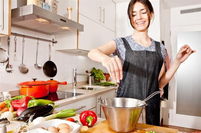 Yemeğinizi evden getirin  Dışarıda yemek genellikle daha çok kalori almanıza neden olur. Dışarıda bulmanın zor olduğu şeyleri evde hazırlayıp yanınızda getirebilirsiniz.