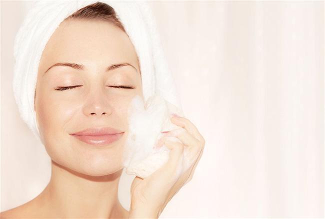 Karbonat doğal bir peeling malzemesidir. İngiliz karbonatını sulandırarak yüzünüze hafifçe masaj uygulayabilirsiniz. Masajı yaparken fazla bastırmamaya gayret edin. Cilt çok kuruysa da fazla durulamanız gerekebilir.