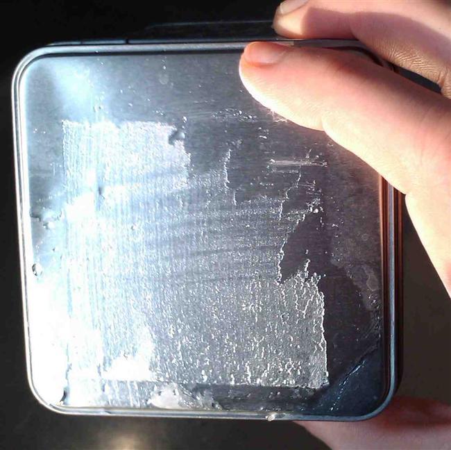Yapışkanlı etiketlerin yüzeyde bıraktığı yapışkan tortuyu da suyla karbonatı karıştırarak elde edeceğiniz macunumsu madde ile ovarak çıkartabilirsiniz