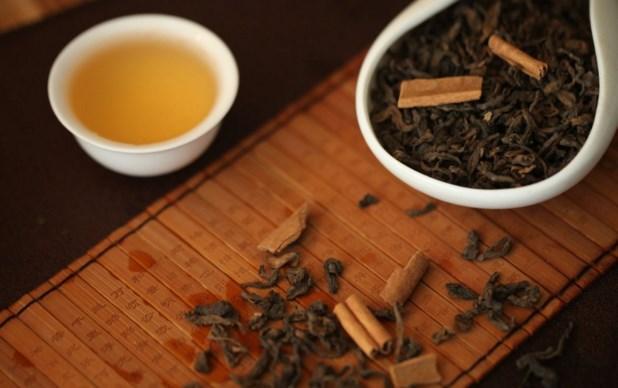 Şifa niyetine: Pu-Erh Çayı  Pu-Erh çayının zayıflamaya etkisi, sabahları içildiğinde yağ hücrelerini küçültmesinden ve uzun dönemde vücuttaki yağ oranını azaltmasından kaynaklanıyor. Çayın adı biraz garip olabilir kabul, en azından bir kaç hafta denemeye değer.