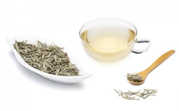 """Son zamanların modası: Beyaz Çay  Doktorların kilo vermek isteyenlere tavsiye ettiği bir diğer çay olan """"beyaz çay"""" gıdalar yoluyla alınan yağın vücut tarafından emilmesini azaltarak depolanmasını önlüyor. Öğle yemeğinde 2 fincan beyaz çay içerek yağın depolanmasını önleyebilirsiniz."""