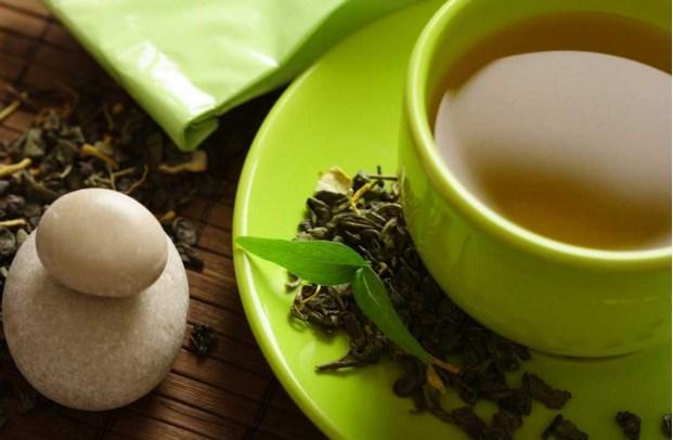 Hepimizin bildiği: Yeşil Çay   Yeşil çayın zayıflatan çaylar arasında ilk sırada gösterilmesinin nedeni, kafein ile metabolizmayı hızlandırırken içerdiği kateşinler (bir antioksidan çeşidi) vücuttaki yağ oranını azaltması. 35 erkek üzerinde yeşil çayın zayıflama etkisi hakkında yapılan 3 aylık bir araştırmaya göre, düzenli olarak yeşil çay içenlerin içmeyenlere oranla daha fazla kilo (2.5 kiloya 1.3 kilo ortalamasıyla) verdikleri tespit edilmiş.