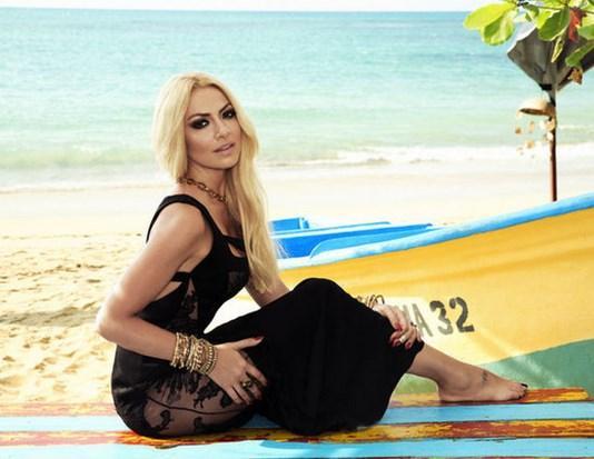 Hadise'nin, bu yaza yetiştirmeyi düşündüğü beach'inin arazisini 2 milyon Euro'ya satın aldığı öğrenildi. Bir süredir yer arayışında olan Hadise, aradığı araziyi, yaptığı kısa bir helikopter turundan sonra Bodrum Türkbükü'nde buldu.  Güzel şarkıcı, Hard Beach adını vermeyi düşündüğü işletmesi için bu yaz sık sık Bodrum'a gidecek.