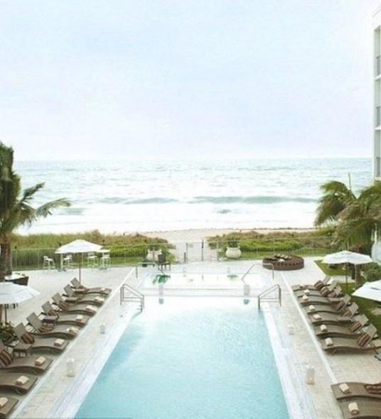 Gloria Estefan: Ünlü şarkıcı, eşi Emilio ile birlikte Florida'da bir otel işletiyor. Otelde konaklama bedeli ise gecelik 349 dolar.