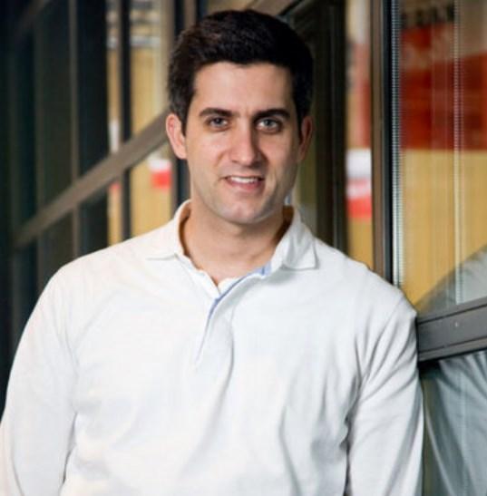 Mehmet Ali Alabora babası Mustafa Alabora ile birlikte Şile'de köfteci salonu açtı.