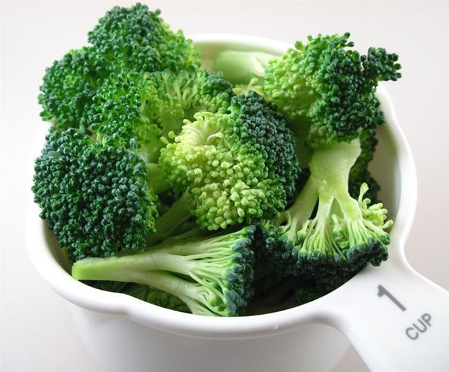 Brokoli: Kalp sağlığına olumlu etki eden bir  diğer yeşil sebze de brokolidir. Özellikle çiğ olarak tüketildiğinde ya da salatası yapıldığında ve yoğurtla karıştırıldığında damar yapısı ve yükselen kötü huylu kolesterolü düşürmekte etkisi oldukça yüksektir.