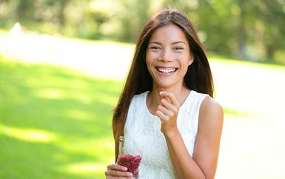 """Yaşlanmayı yavaşlatır   Sağlıklı bir yaşamın en önemli göstergelerinden biri de yaşlanmanın geciktirilmesi. Goji berry zamanı bir sayaç gibi sıfırlayamıyor ama hiç değilse etkilerini azaltıyor. Lifli yapısı ve etkili anti oksidan özelliğinden dolayı goji berry anti aging yani yaşlanma karşıtı görevini görür ve cildin yaşlanmasını yavaşlatır. Bunun dışında cilt üzerinde serbest radikallerin olumsuz etkilerini kırarak cilt kanseri gibi, ciddi sağlık sorunlarının oluşma riskini azaltabilir.  <a href=  http://saglik.mahmure.com/genel-saglik/cilegin-Faydalari_1095377 style=""""color:red; font:bold 11pt arial; text-decoration:none;""""  target=""""_blank""""> Çileğin Faydaları"""