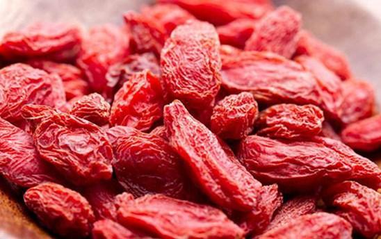 Şeker ve insülin seviyesini düzenler    Çin'de oldukça eski zamanlardan beri özellikle Tip 2 diyabette tedavi amaçlı goji berry kullanılmaktadır. Tip 2 diyabet de bilindiği gibi dünyada en sıklıkla görülen diyabet tipidir. Tip 2 diyabetli kişilerde, insülin üretimi azdır veya onu yeterince kullanamazlar. Goji berry de bu noktada devreye girer, şeker ve insülin seviyesini düzenler. Ancak ilaç kullanan diyabet hastaları goji berry yemeden önce mutlaka hekime danışmalıdır.