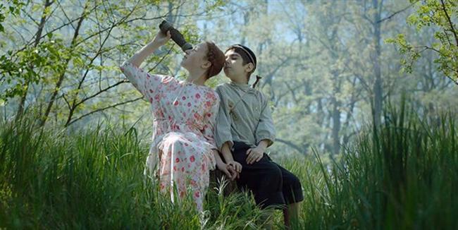"""Ezgiler Ezgisi / Pesn pesney / Song of Songs / Eva Neymann  Ukrayna asıllı yönetmen Eva Neymann'ın 2013'te Altın Lale için yarışan ve Radikal Halk Ödülü'nü kazanan Kuleli Ev'den sonra çektiği yeni filmi 'Ezgilerin Ezgisi' bir büyüme hikâyesi. Film, aynı anda hem büyülü hem de zorluklarla dolu, modern dünya ve gelenekler arasında filizlenen ve uzun yıllara yayılan lirik bir aşk hikâyesi anlatıyor. Neyman'ın üçüncü uzun metrajı, efsanevi Yidiş yazar Sholem Aleichem'in romanlarından esinleniyor ve Rusya'da bir zamanların yaygın Yahudi yerleşimleri """"ştetl""""ları mekân olarak kullanıyor. Filmin ruhani hissiyatı ise Yossele Rosenblatt, Josef Hassid, Jascha Heifetz gibi Yahudi müzisyenlerin plaklardan çalınan besteleriyle derinleşiyor. Ezgilerin Ezgisi ilk gösterimini Karlovy Vary Film Festivali'nde ana yarışmada yaptı ve Kiliseler Birliği jürisinden Mansiyon aldı; Odessa Film Festivali'nde ise hem En İyi Film hem de En İyi Ukrayna Filmi ödüllerini kazandı."""