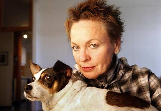 Köpeğin Kalbi / Heart of a Dog / Laurie Anderson  New York sanat çevrelerinin 30 yıldır konuşulan avangart sanatçısı, müzisyen, performans sanatçısı, yazar, düşünür, yönetmen Laurie Anderson, 29 yıllık aranın ardından sinemaya dönüyor. Kendi dış sesiyle anlattığı, Venedik Film Festivali'nde Altın Aslan için yarışan 'Köpeğin Kalbi'nde Anderson canlandırma, ev videoları, bozulan imajlar gibi değişik film tekniklerini kullanıyor. Film, yönetmenin çok sevdiği teriyer köpeği Lolabelle'den, 11 Eylül sonrası yükselen devlet paranoyalarına, gökyüzüne, Wittgenstein'a, ölüme uzanıyor. Laurie Anderson, filmde 'Tibet Ölüler Kitabı'ndan esinlendiğini söylüyor. Anderson'un hayat arkadaşı Amerikalı efsane müzisyen Lou Reed'i film için kaydettiği müzikleri içeren soundtrack albümü de Ekim ayında yayımlandı.