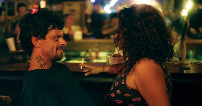 """Ötedekiler / The Other Side / Roberto Minervini  Bir önceki filmi 'Stop the Pounding Heart'ta belgesel ile kurmaca arasındaki ince çizgide dengede durmayı başaran Roberto Minervini, prömiyerini Cannes'ın Belirli Bir Bakış bölümünde yapan yeni doküdraması 'Ötedekiler'de de benzer bir """"görsel şiir""""in altına imzasını atıyor. Amerika'da siyasal kurumlar tarafından öteye itilmiş, artık görmezden gelinen bir grup insanın hikâyesini aktarıyor ve bu insanların hayatta kalma yöntemleri üzerine gözlemler yapıyor. Ötedekiler, Amerika'nın karanlık yüzüne ışık tutuyor."""
