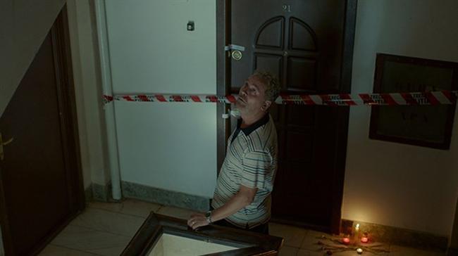 Alt Kat / Un etaj mai jos / One Floor Below / Radu Muntean  Romanya Yeni Dalga sinemasının önde gelen yönetmenlerinden Radu Muntean'ın Cannes Film Festivali'nin Belirli Bir Bakış Bölümü'nde bolca övgü alan son filmi 'Alt Kat, insan ruhunu anlayan bir film. Kimsenin fark etmediği bir cinayete tanık olan bir adamın vicdan muhasebesini konu alan film Sevilla'da En İyi Erkek Oyuncu ve En İyi Senaryo Ödüllerini aldı. Filmin senaryosunu Radu Muntean ile 2014'te Altın Lale Uluslararası Yarışma jürisinde yer alan Razvan Radulescu ve Alexandru Baciu birlikte yazdı. Razvan Radulescu, daha önce izlediğimiz '4 Ay, 3 Hafta, 2 Gün' ve 'Çocuk Pozu' filmlerinin de senaryo yazarı.