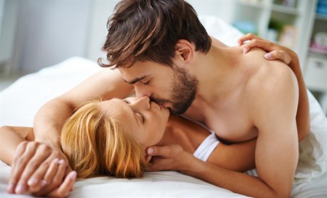"""Biz de bu nedenle haftada iki idealdir diyoruz ama isteniyorsa tabii ki daha fazla birlikte olunabilir. Cinsellik sadece cinsel organların ilişkisi değil. Daha çok dokunarak, sevişerek, haz vererek ve alarak, ruhun paylaşılması demek. Kişilerin yoğunlukları, stresleri, ruh durumları, ilişki problemleri cinsel birlikteliği de azaltabiliyor. Cinsel birlikteliğin azalması ise ilişkiyi zedeleyebiliyor"""" diyor."""