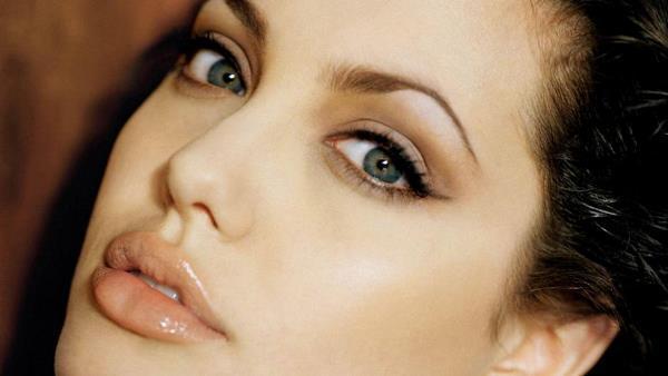 Dudakları Kalınlaşsın Diye...  Dünyadaki tüm kadınlar Angelina Jolie kadar şanslı değil elbette. Ünlüler bile... ! Yani hepsinin onunki kadar kalın dudakları yok. Bunlardan biri de beyaz perdenin ünlü yıldızlarından biri. O dudakları dolgunlaşsın kelimenin tam anlamıyla kan donduran bir yöntem denedi!