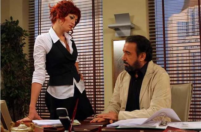 """Deniz Çakır - Cihan Ünal  Deniz Çakır, ilk dizisi Kadın İsterse'de Cihan Ünal'la tanışıp ilk """"medyatik"""" aşkını yaşamıştır."""