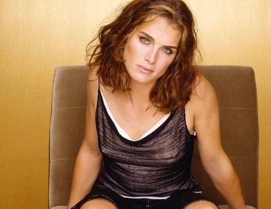 Brooke Shields  Geçtiğimiz günlerde ünlü oyuncu Brooke Shields de bir dergiye bekaretini ne zaman kaybettiğiyle ilgili açıklama yaparak dikkatleri üzerinde topladı.  'Mavi Göl' filminin unutulmaz yıldızı bekaretini 22 yaşında kaybettiğini söyledi.