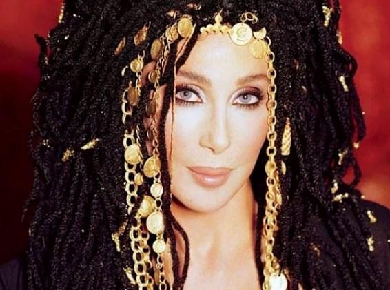 Cher 15 yaşında ilk birlikteliğini yaşadığını anlatan yıldız bu deneyimi iyi bir anı olarak görmüyor.