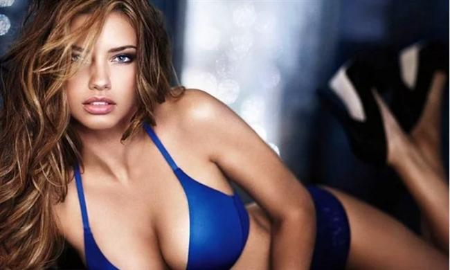 """Adriana Lima  Podyumların en güzel modellerinden biri olan Adriana Lima, bir dergi için verdiği röportajda oldukça samimi açıklamalarda bulundu.  Victoria's Secret meleği olan Adriana Lima, gençlik yıllarında evleneceği güne kadar seks yapmayacağını ve bu duruma erkek arkadaşlarının saygı göstermesi gerektiğini söyleyerek şunları ekledi:  Saygı göstermiyorlarsa eğer bunun onu istemedikleri anlamına geldiğini düşündüğünü belirtti ve bekaretini de evlendikten sonra kaybettiğini açıkladı.  <a href=  http://mahmure.hurriyet.com.tr/foto/magazin/unlulerin-en-gizli-itiraflari_40228 style=""""color:red; font:bold 11pt arial; text-decoration:none;""""  target=""""_blank"""">  Ünlülerin En Gizli İtirafları"""